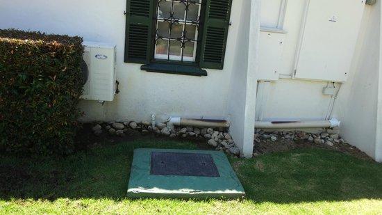 Grande Roche Hotel: stagnant water full of fly's below bed room window