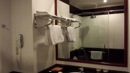 Van Phat Riverside Hotel: Bathroom
