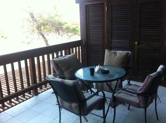 Sapphire Beach Resort: Breakfast and lunch on the balcony