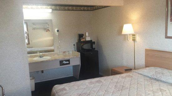 Wye Motel: Sink, refrigerator, microwave
