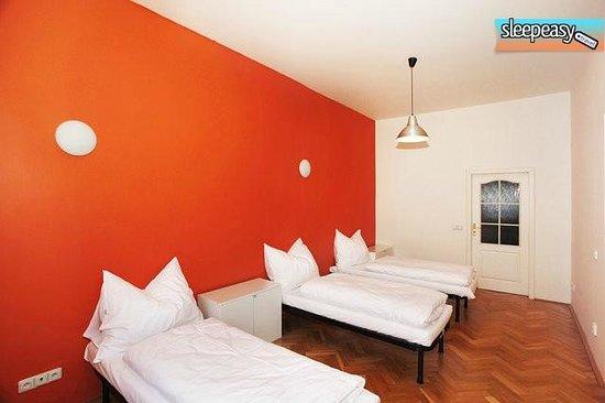 Jump in Hostel : Orange room