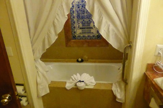 Quinta Real Monterrey : The bathtub / shower