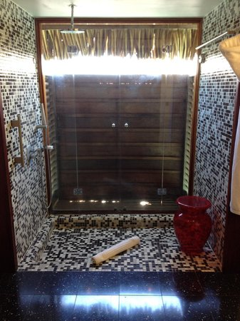 Sofitel Moorea Ia Ora Beach Resort: Beautiful shower. You can open the doors up for the sea breeze
