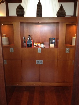 Sofitel Moorea Ia Ora Beach Resort: Coffee facilities and lots of cupboards to put clothing away in