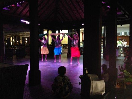 Sofitel Moorea Ia Ora Beach Resort : The nightly Polynesia dance show in the main restaurant