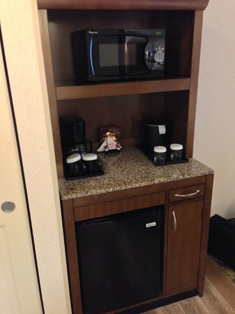 Hilton Garden Inn Salt Lake City Airport: Bar/refrigerator/microwave area