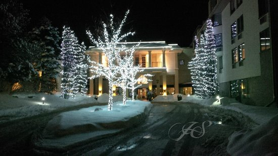 Hockley Valley Resort: Evening View of front entrance
