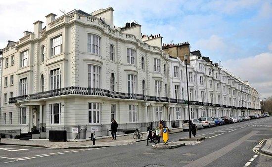 Chilworth Court Apartments: Exterior