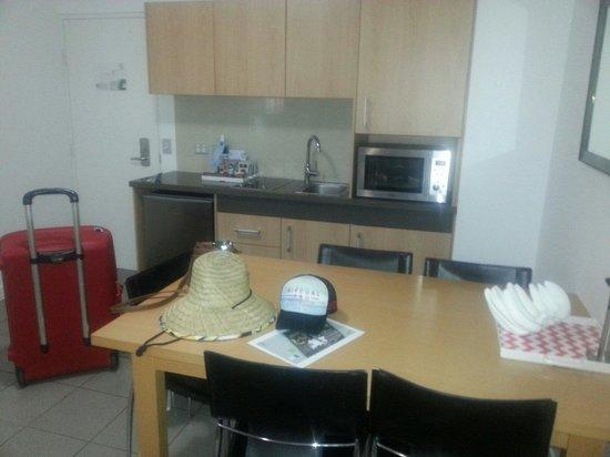 QT Port Douglas : kitchen diner