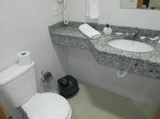 Hotel Canasvieiras Internacional - Florianopolis: the bathroom, small but clean and modern