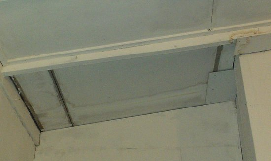 Sayang-Sayang 2 Youth Hostel: dirty ceiling