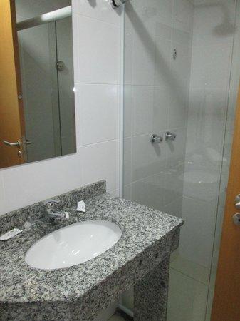 Hotel Canasvieiras Internacional - Florianopolis: Another pic of the bathroom