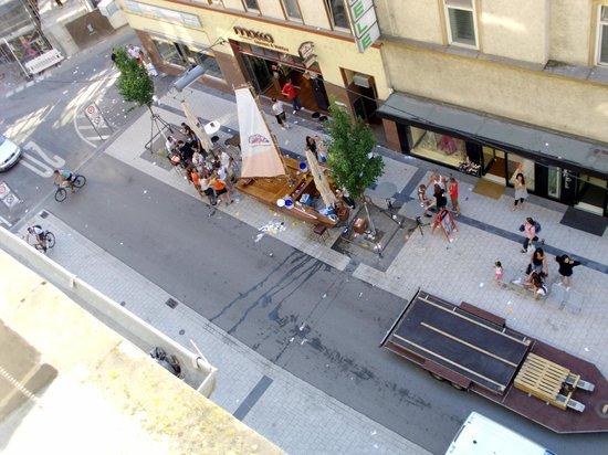 Hotel Merit: Кафе напротив
