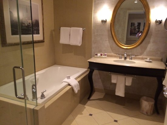 Harrah's New Orleans: Massive bathroom
