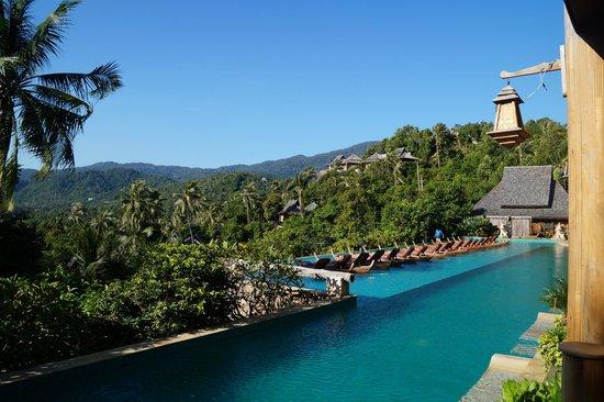 Santhiya Koh Phangan Resort & Spa: Piscine avec vue sur la jungle