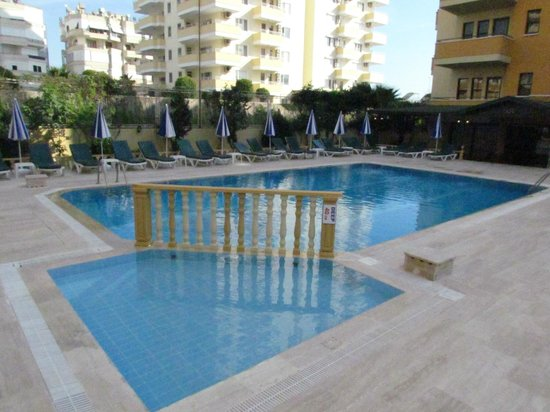 Gold Twins Suit Hotel: pool and children pool