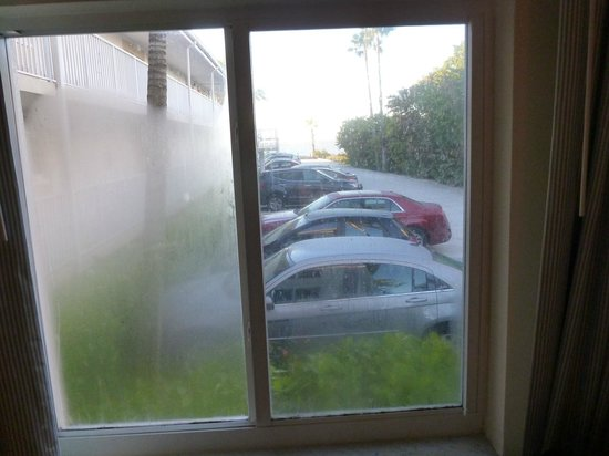 Sunset Beach Inn: The view from room 107. Yes you are in the parking lot.