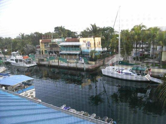 Key West Inn - Key Largo: vue depuis le balcon (à travers le moustiquaire)