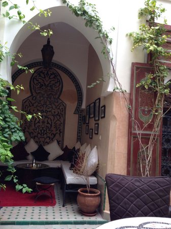 Riad Anabel: Sitting area in the courtyard
