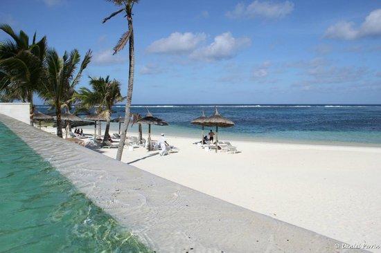 Long Beach Mauritius: La plage, vue de la piscine à débordement