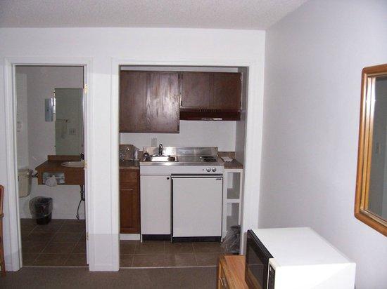 Granada Inn Motel: Room w/Queen and kitchenette