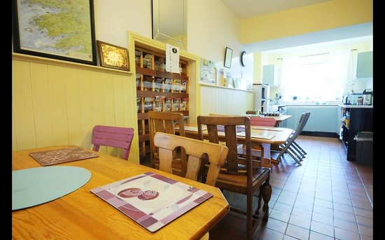 Sive Hostel: Bright, spacious kitchen and dining areas