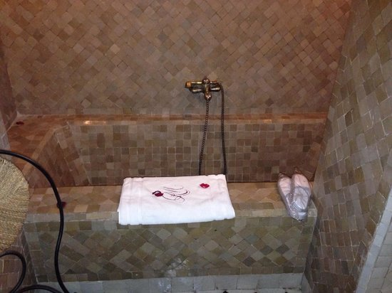 Le Riad Monceau : Big bath tub!