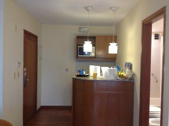 Armon Suites Hotel: Cozinha compacta e funcional.