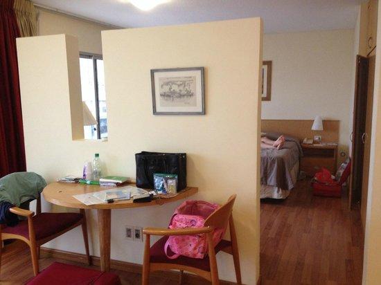 Armon Suites Hotel: Separador da sala e do qarto