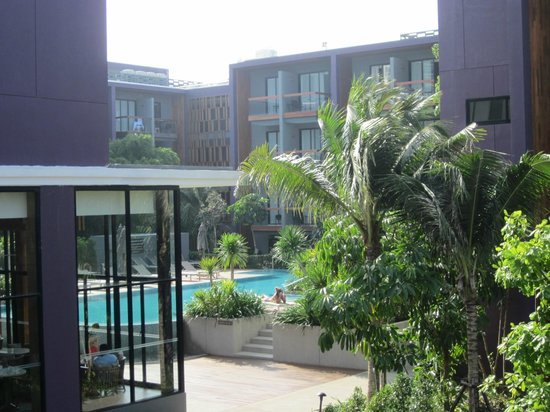 Holiday Inn Express Phuket Patong Beach Central : vue sur pisine