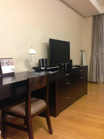Fraser Place Central Seoul: Work Desk and TV/DVD/Sound System