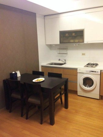 Fraser Place Central Seoul: Kitchenette with a laundry machine