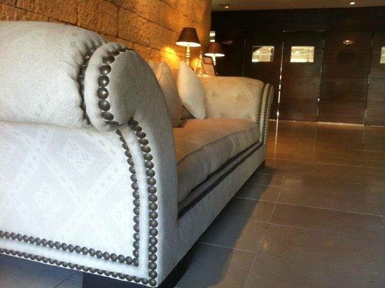 Hotel Swiss Moraira: Nos atendieron en este sofa y nos invitaron a un cafe, fue curioso y diferente, pero nos gusto