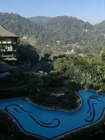 Tennekumbura, Sri Lanka: Day view of the swimming pool