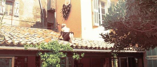 Auberge de la Tour, Statue sur le toit