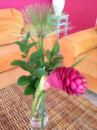 Boardwalk Hotel Aruba: Beautiful flower centerpiece left in our Casita