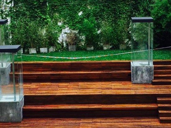 Be Trimos Hotel : el area de piscina con cinta para no ser utilizada