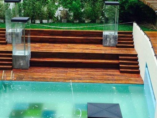 Be Trimos Hotel : agua podrida en la piscina (llovio, pero estaba asi desde antes y nadie es capaz de cubirla )