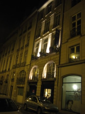Best Western Paris Louvre Opera: Night view of hotel