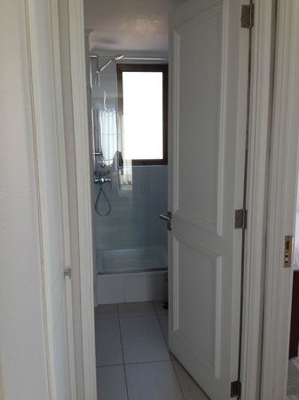 Plaza El Bosque San Sebastian: Banheiro do quarto de solteiro