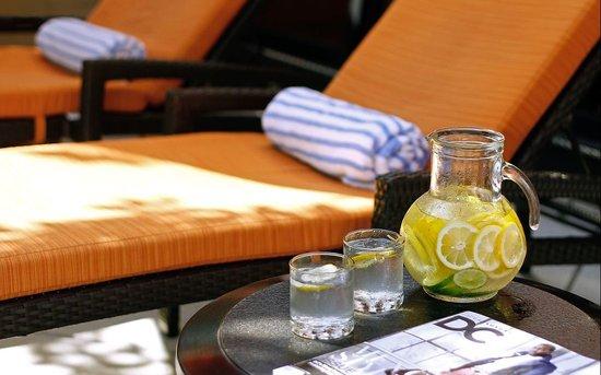 One Washington Circle Hotel: Poolside Chairs