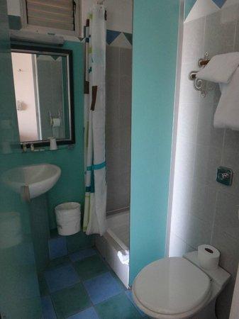 Hotel Saint John Perse: salle d'eau, pas séparée de la chambre