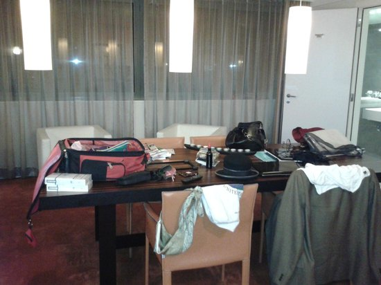 Sandton Hotel Brussels Centre: the living room occupied by the huge table