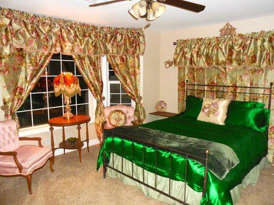 Rose Garden Estate Bed & Breakfast: The Emerald Room
