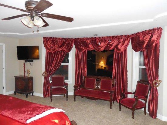 Rose Garden Estate Bed & Breakfast: The Ruby Rooms large bedroom