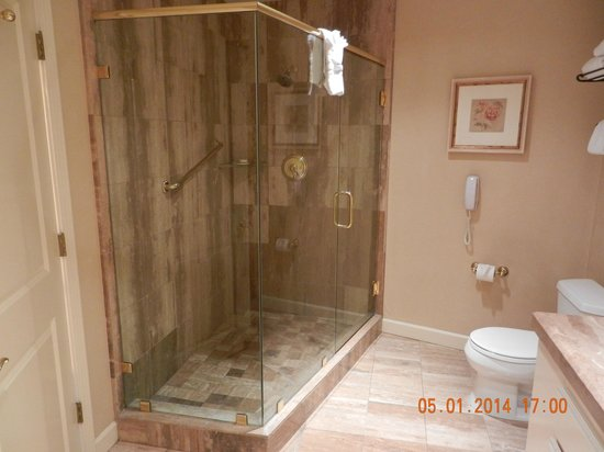 Tickle Pink Inn: Shower (huge)