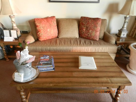 Tickle Pink Inn: Comfy sofa