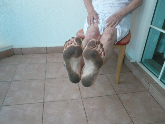 Global Towers Hotel : Dirty feet after walking from the bed to the barthroom