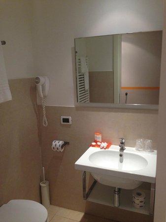 Hotel Aniene: Lavabo e specchio