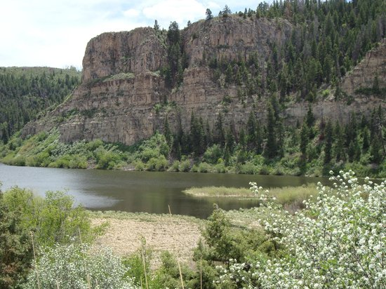 Gypsum, CO: Cliffs over the Lake